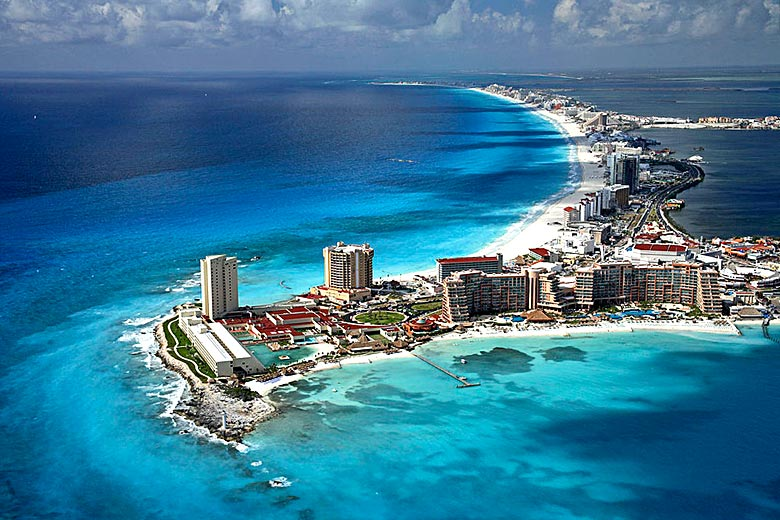 Aerial view of the seven mile long main beach at Cancun © S Ata Safizadeh - Wikimedia Commons
