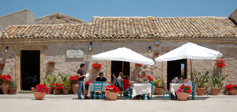 Al fresco dining, Sicily © dottorpeni - Flickr Creative Commons