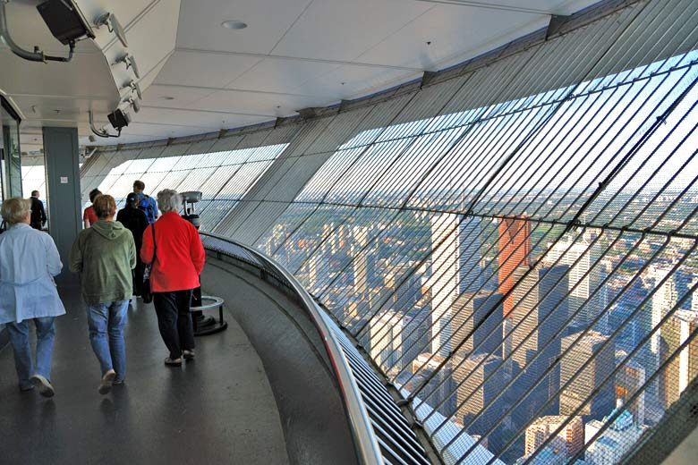 Ascending the CN Tower, Toronto, Ontario, Canada © Wladyslaw - Wikimedia Commons