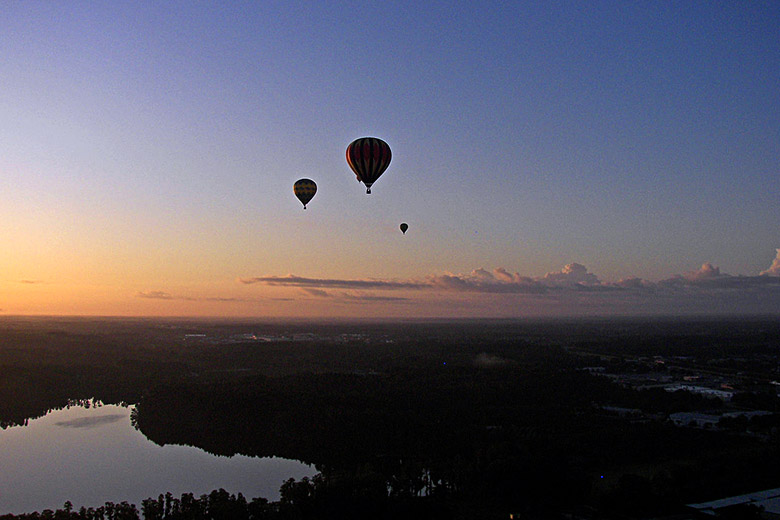 Ballooning at sunrise over central Florida © Wknight94 - Wikimedia Commons