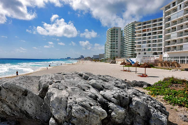 Beach in Cancun, Caribbean Coast, Mexico © michele.pautasso - Fotolia.com