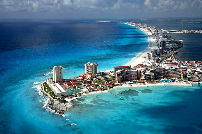 Cancun has white sand beaches and lots of hotels © Safa in LA - Wikimedia Commons