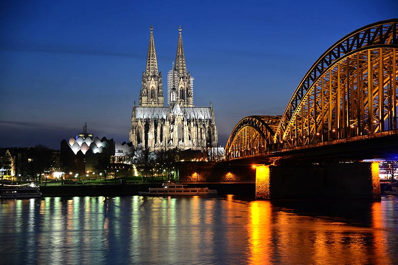 Floodlit Cologne Cathedral in the summer twilight © Tobi87 - Wikimedia Commons