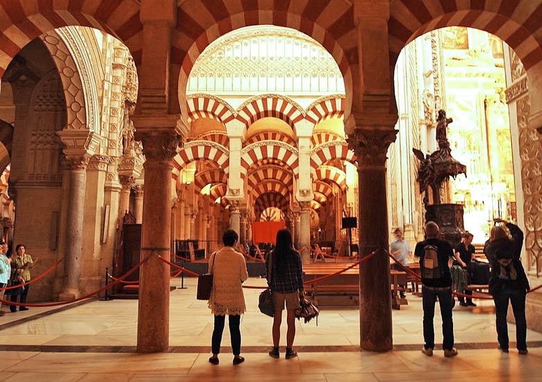 The cathedral in Córdoba, built inside the old Grand Mosque © Leo Gonzales - Wikimedia Commons