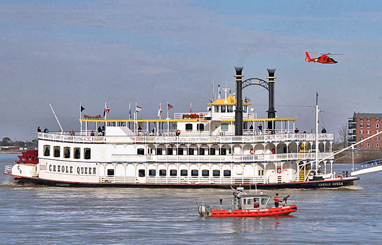 The paddlewheeler Creole Queen on the Mississippi River © Thomas M. Blue - US Coast Guard