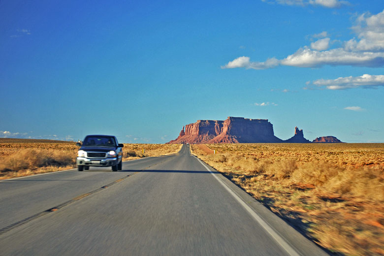 Driving through Monument Valley, USA © kris-la-Reunion - Fotolia.com