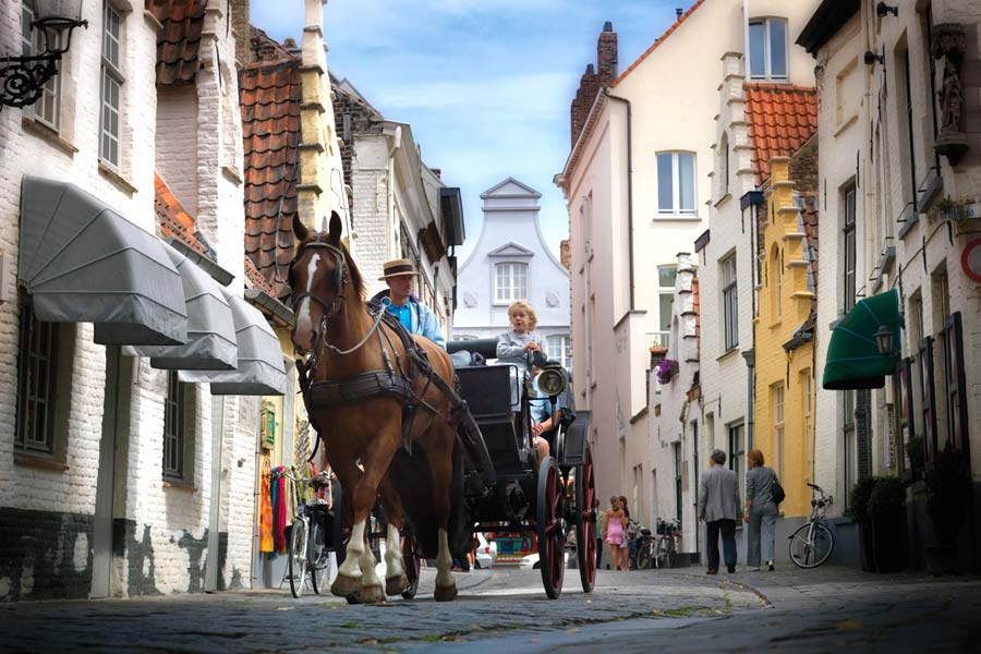 Driving through the streets of Bruges, Belgium © Jan Darthet - Toerisme Brugge