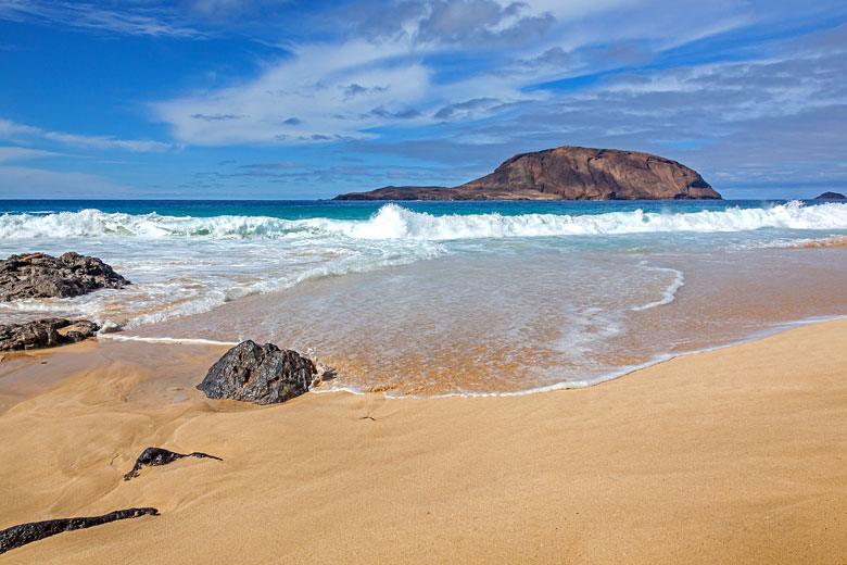 Golden sand beach on Graciosa Island, Lanzarote © Arkadii Shandarov - Fotolia.com