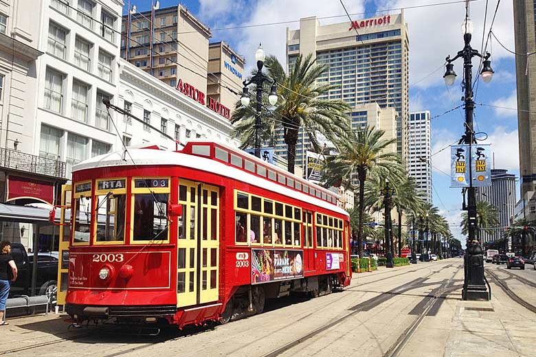 Hail a historic streetcar, Canal Street, New Orleans © Didier Moïse - Wikimedia Commons