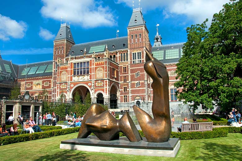Henry Moore sculpture outside the Rijksmuseum, Amsterdam © Peter Horree - Alamy Stock Photo