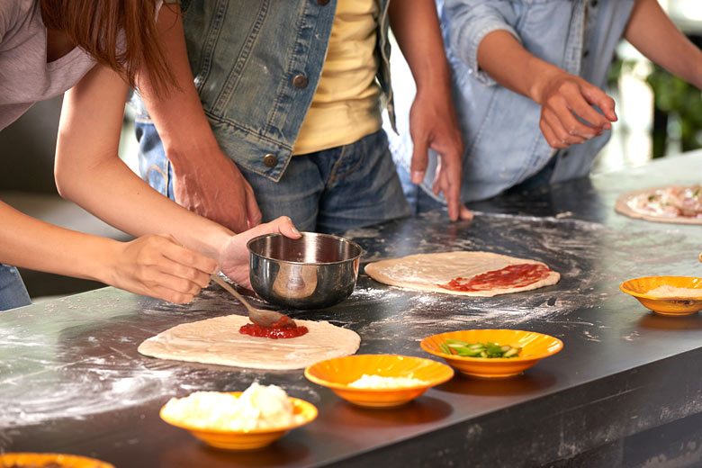 Learning the art of making pizza © DragonImages - Fotolia.com