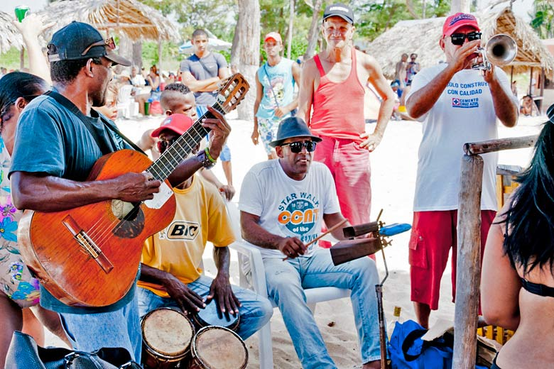 Live music on the beach in Cuba © vxla - Flickr Creative Commons