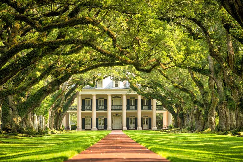 Oak Alley Plantation near New Orleans, a relic of Louisiana's dark past © f11photo - Fotolia.com