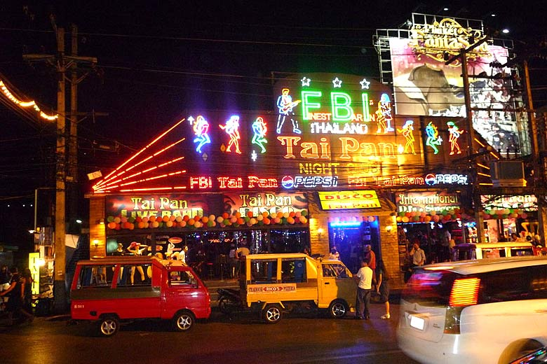 Patong Beach nightlife, Phuket © ADwarf - Wikimedia Commons