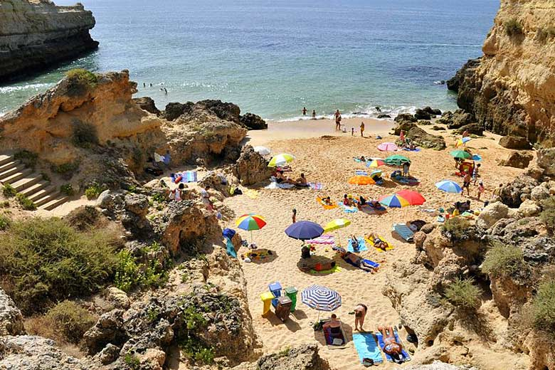 Albandeira Beach, Algarve © CTHOE - Wikimedia Commons