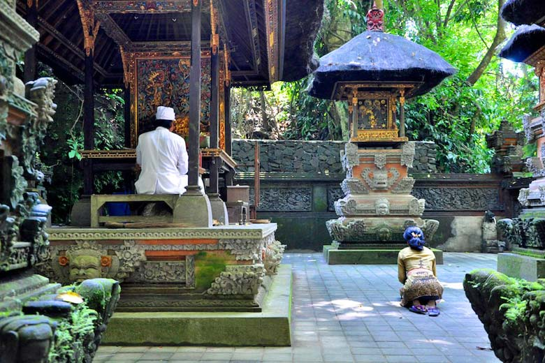 Priest (in white) at Monkey Forest temple © Mariska Richters - Flickr Creative Commons