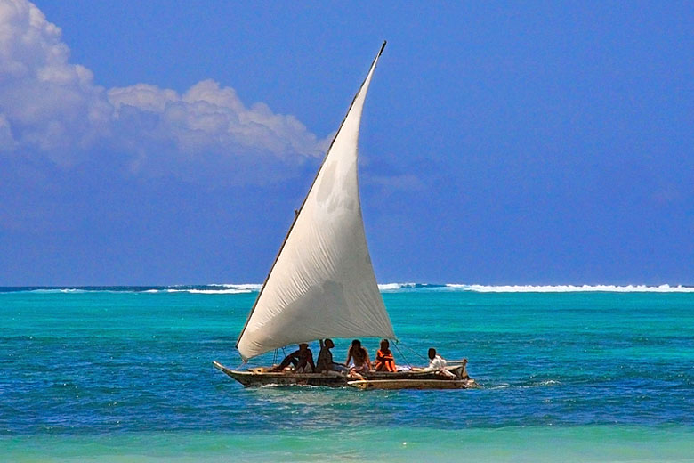 Sailing inside the reef, Kenya © Dsukhov - Dreamstime.com