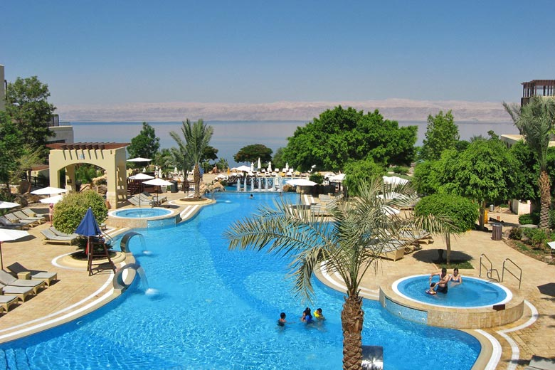 Spa hotel on the shores of the Dead Sea in Jordan © Tracy Hunter - Flickr Creative Commons