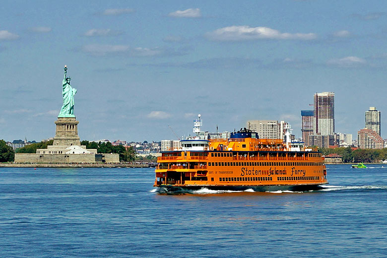 Staten Island ferry passing the Statue of Liberty © dpa picture alliance - Alamy Stock Photo