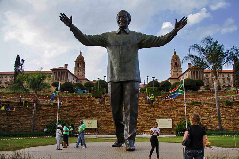Statue of Nelson Mandela in front of Union Buildings, Pretoria © Karin Olivier - Wikimedia Commons