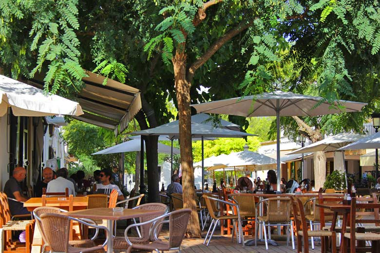 Street cafés in Santa Gertrudis, Ibiza © Angel Abril Ruiz - Flickr Creative Commons