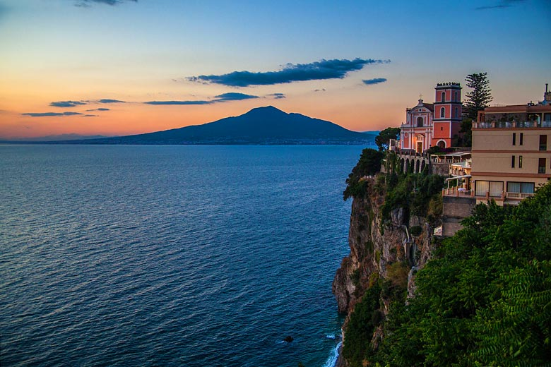 Sunrise over Mt Vesuvius in Sorrento © Denisa Sterbova - Pixabay