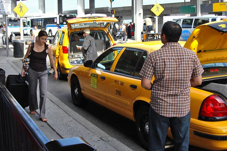 Taxi rank at JFK airport © Sergio Calleja - Flickr Creative Commons