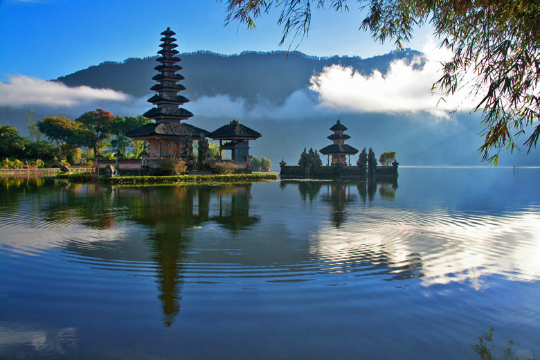 Temple beside mountain lake, Bali © Aqnus - Fotolia.com