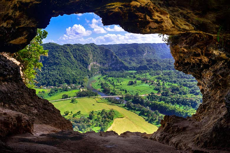 Window Cave near the Arecibo Observatory © Sharkhats - Flickr Creative Commons
