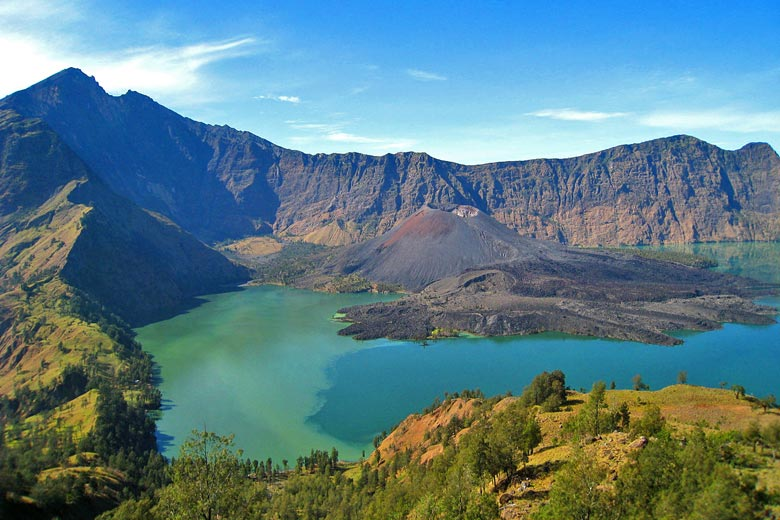 View from the crater rim on Mount Rinjani © Petter Lindgren - Wikimedia Commons