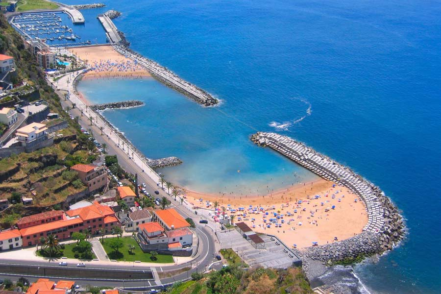 Man-made beaches, Calheta © Don Amaro - Wikimedia Commons