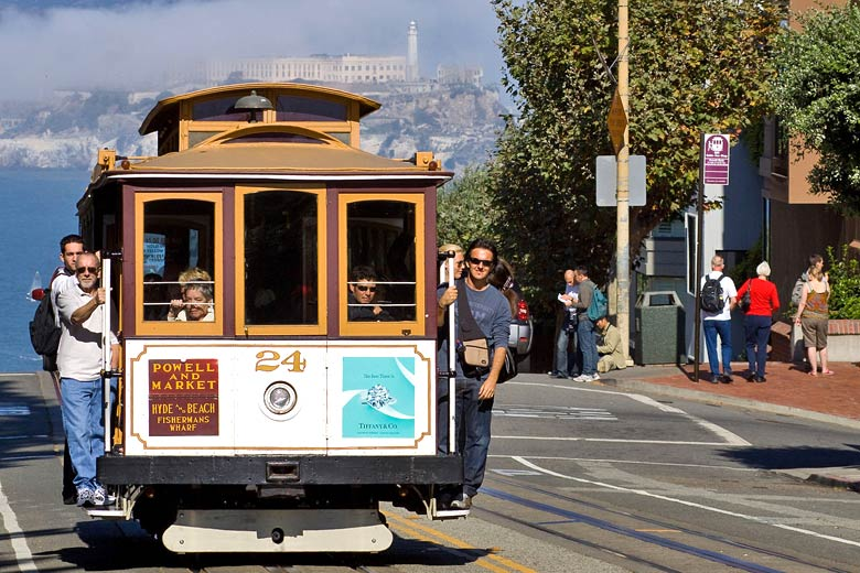 Riding a cable car in San Francisco © Christian Mehlführer - Wikimedia Commons